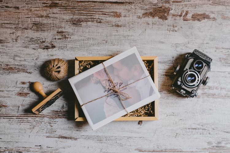 Caja con fotografias impresas de boda