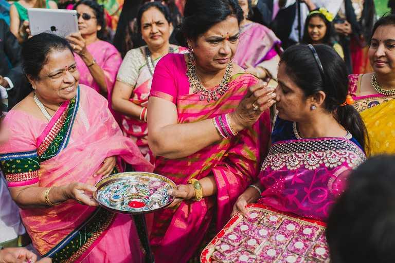 el rito hindu singles La novela cenizas en el rio godavari aborda de forma magistral las tradiciones hindues i especialmente el rito del sati la muerte de las viudas en la pira funeraria .